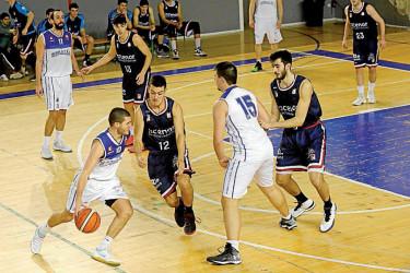 Orejas trata de superar la defensa de Picallo en el partido - FOTO: Fernando Blanco