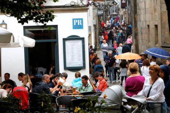 Consumidores en las terrazas compostelanas - FOTO: FERNANDO BLANCO