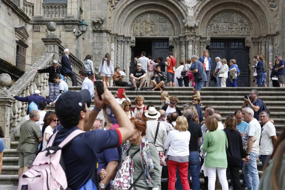 Turistas en el entorno de la Catedral de Santiago  - FOTO: Antonio Hernández