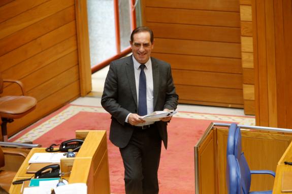 El conselleiro de Facenda, Valeriano Martínez, este martes en el Parlamento - FOTO: Fernando Blanco