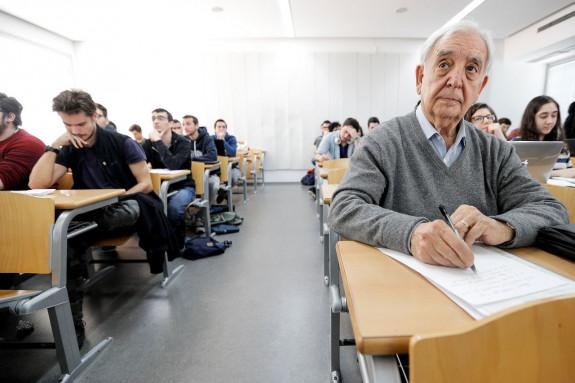 Miguel Castillo, en primer plano, durante una de las clases del grado de Historia que cursa en la Universitat de València - FOTO: EFE