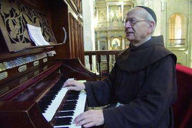 Año 2001, el padre José Isorna interpretando al organo de la Iglesia de San Francisco música sacra; hasta su fallecimiento fue uno de los más queridos y respetados sacerdotes - FOTO: ECG