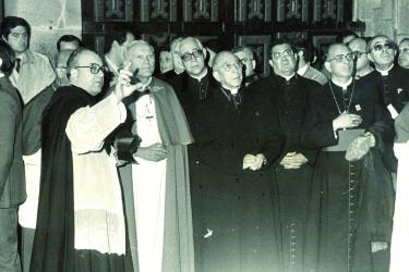 El canónigo de la Catedral, Jesús Precedo Lafuente, como cicerone del Papa Juan Pablo II durante la primera visita que el Pontífce realizó a Compostela en noviembre de 1982.  - FOTO: ECG
