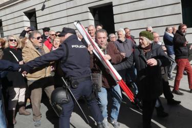 Los jubilados, delante del Congreso - FOTO: EFE