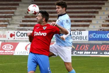 Álvaro Naveira (d) pugna con Rubén Rivera, el pasado domingo