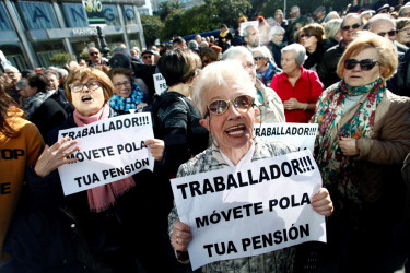 Concentración de pensionistas, ayer ante el Obelisco de A Coruña. - FOTO: EFE