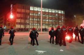 Carga por parte de agentes de la brigada móvil de la Ertzaintza, momentos antes de comenzar el partido entre el Athletic Bilbao- Spartak de Moscú - FOTO: EFE