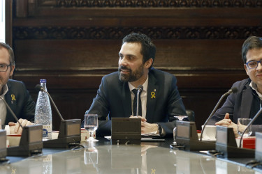 El presidente del Parlament, Roger Torrent, junto al vicepresidente primero, Josep Costa (i), de JxCat, y José María Espejo-Saavedra (d), de Ciutadans, durante la reunión de la Junta de Portavoces de la cámara catalana convocada para decidir si celebran un primer pleno de la cámara para debatir la actual situación de bloqueo en Cataluña, pues las fuerzas independentistas llevan más de dos meses negociando un Govern viable.  - FOTO: EFE/ Andreu Dalmau