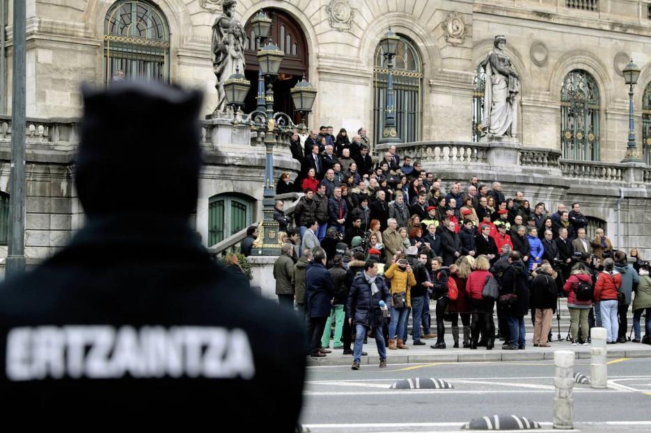BILBAO (ESPAÑA), 19/11/2013.-Concentración convocada por el Ayuntamiento de Bilbao este viernes en la escalinata del consistorio, en repulsa por los incidentes violentos de ayer en el exterior del campo de San Mamés, en los que falleció un ertzaina.  - FOTO: EFE/Luis Tejido