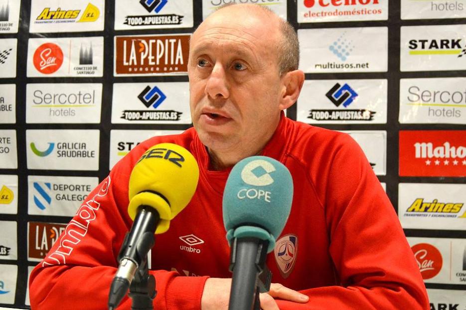 Santi Valladares, entrenador del Santiago Futsal, ayer en la rueda de prensa en Sar - FOTO: SF