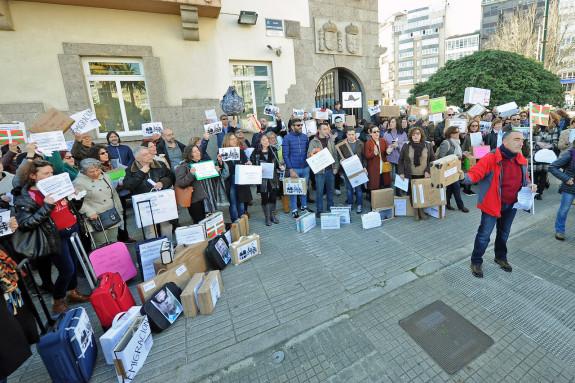 Los funcionarios de justicia de A Coruña durante una concentración celebrada este viernes para pedir la apertura del concurso de traslados   - FOTO: Almara