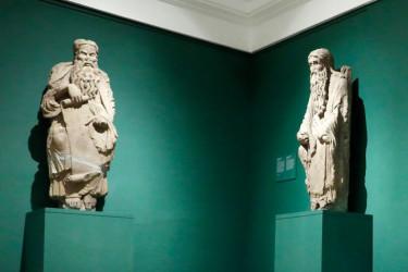 Las figuras de Abraham e Isaac durante una exposición temporal en el Museo del Prado