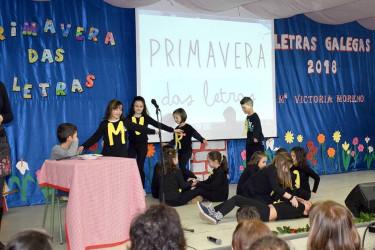 Escolares, onte dramatizando o poema O almorzo de María Victoria Moreno - FOTO: RAG