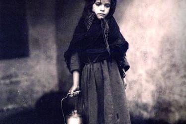 """Rapaciña descalza cun caldeiro de leite do catálogo da exposición """"Unha mirada de antano"""" - FOTO: RUTH MATILDA ANDERSON"""