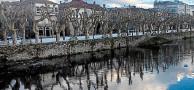 Basura flotando en el río Sar en Padrón
