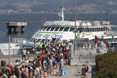 Cola de visitantes a Cíes en la estación marítima del puerto de Vigo  - FOTO: M.G.