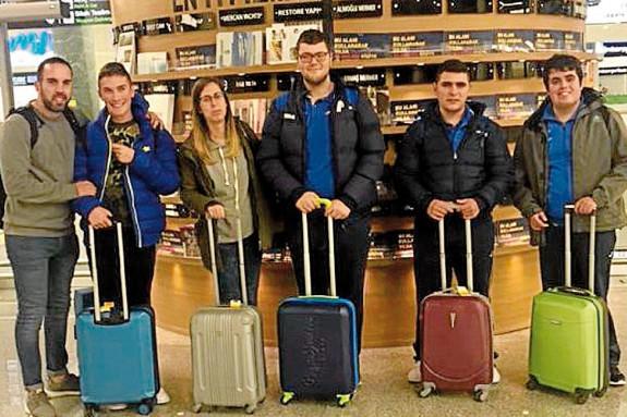 Os catro usuarios de Amicos que viaxaron a Turquía para un intercambio, con dous dos monitores - FOTO: Amicos