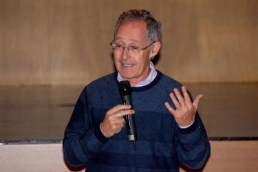 El catedrático Ángel Carracedo durante la conferencia ofrecida en el Colexio M. Peleteiro - FOTO: Colexio M. Peleteiro