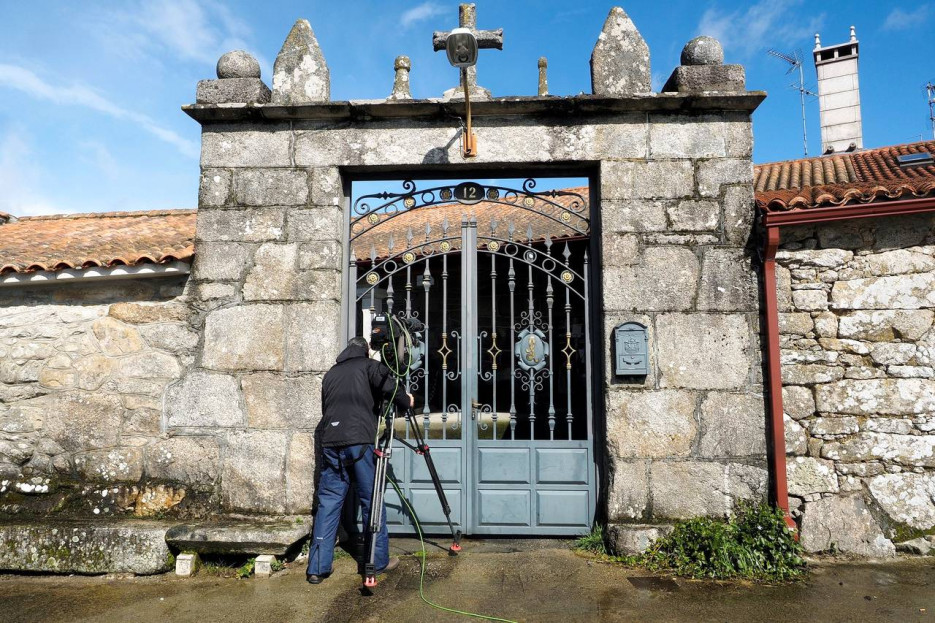 ESPORIZ (MONTERROSO), 19/03/2018.- Un hombre toma imágenes de la vivienda de la parroquia de Esporiz, donde ayer un hombre de 51 años, presuntamente, mató a golpes a su padre, de 79 años, supuestamente tras una discusión entre ambos. El presunto agresor ha sido detenido por la Guardia Civil - FOTO: EFE/Eliseo Trigo