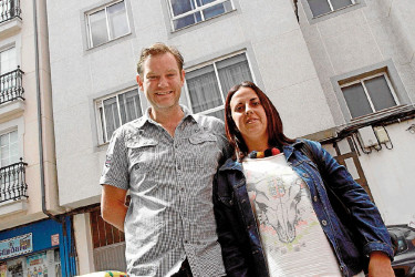 Marcos Guerreiro y su mujer, Rebeca Basoa, ante su vivienda en Narón - FOTO: Kiko Delgado