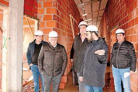 Manuel Cuiña, segundo pola esquerda, na visita as obras da residencia - FOTO: C.S.