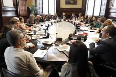 El presidente de la cámara catalana, Roger Torrent (c), este lunes al inicio de la reunión de la Junta de Portavoces del Parlament - FOTO: EFE/Andreu Dalmau