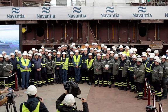 El presidente de Navantia, Esteban García Vilansánchez, con barba en el centro de la imagen, con otros miembros de la empresa en las instalaciones de Ferrol, este lunes - FOTO: KIKO DELGADO