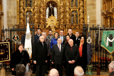 El arzobispo y el pregonero con los representantes de las cofradías - FOTO: Fernando Blanco