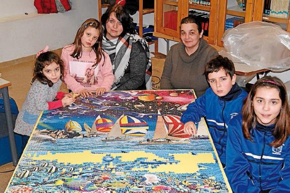 Escolares del colegio  Ferroviario de Monforte, con dos de sus madres, en el montaje del puzle gigante - FOTO: ECG