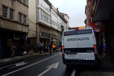 Una ambulancia acudió ayer a Rosalía de Castro para atender a la atropellada