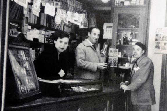 Purifcación Durántez y Manuel Docobo, el día de la apertura, acompañados por el pintor que acondicionó el local