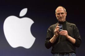 Fotografía de archivo fechada el 9 de junio de 2007 que muestra a Steve Jobs, el entonces presidente de Apple Inc., presentando el primer teléfono iPhone  - FOTO: EFE