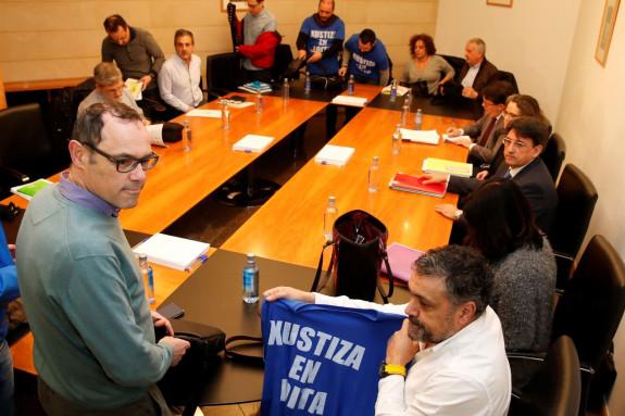 Sindicalistas con una camiseta reivindicativa ante la mirada del director xeral de Xustiza, Juan José Martín - FOTO: EFE