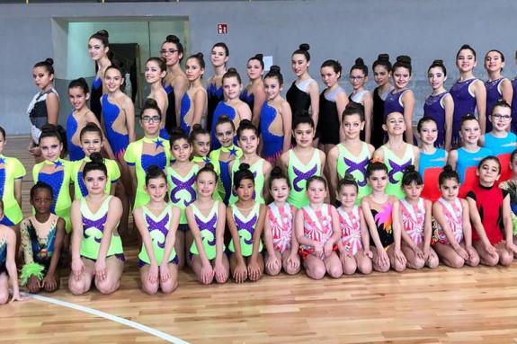 Gimnastas del Rítmica Compostela, Escuela de Ximnasia de Negreira y CEIP Os Tilos, dirigidas por las entrenadoras del Compostela  - FOTO: ECG