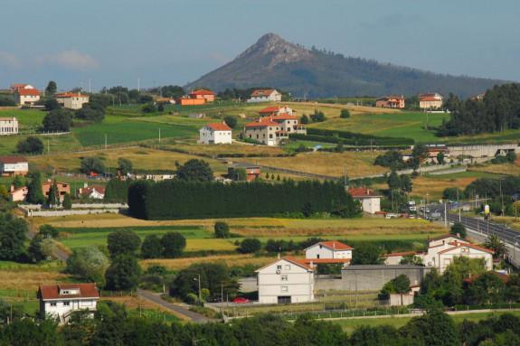 El Pico Sacro visto desde la parroquia compostelana de O Eixo - FOTO: C. ARANGO