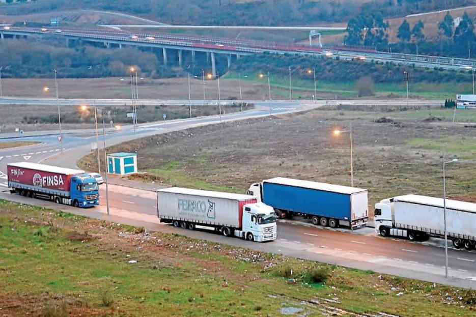 Varios camiones aparcados en las inmediaciones del polígono de A Sionlla - FOTO: Antonio Hernández