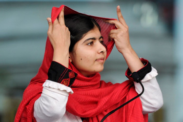 BIRMINGHAM (REINO UNIDO), 29/03/2018.- Foto de archivo de Malala Yousafzai mientras se ajusta el pañuelo durante la inauguración oficial de la Biblioteca de Birmingham (Reino Unido) el 3 de septiembre de 2013. - FOTO: EFE