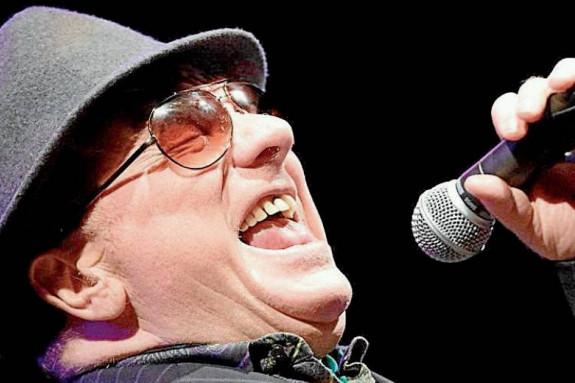 Morrison convertido desde hace dos décadas en una silueta reconocible (traje oscuro, sombrero adusto, gafas impenetrables), en un elemento iconográfico, también se preocupa por sacar provecho de su legado