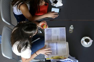 06/06/2017.- Dos estudiantes repasan antes de examinarse  - FOTO: EFE