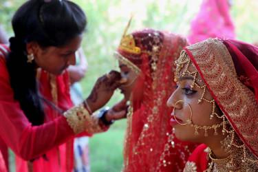 BHOPAL (INDIA), 18/04/2018.- Novias participan en la celebración de una boda múltiple con motivo del festival Akshaya Tritiya en Bhopal (India) el 18 de abril de 2018 - FOTO: EFE/ Sanjeev Gupta