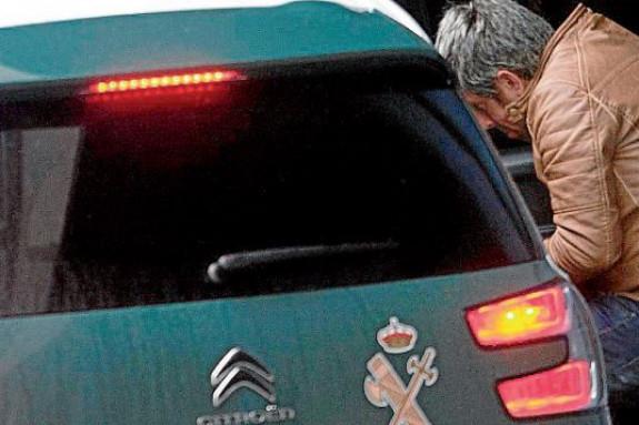 El Chicle entra en un vehículo de la Guardia Civil tras someterse a unas pruebas psicológicas, el pasado mes de marzo en Pontevedra. - FOTO: ECG