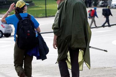 Dos peregrinos, en la zona de la avenida de Lugo. - FOTO: ECG