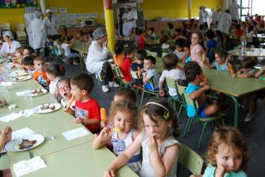 Alumnos amesáns empregando o servicio de comedor escolar a fnais de curso.  - FOTO: ECG