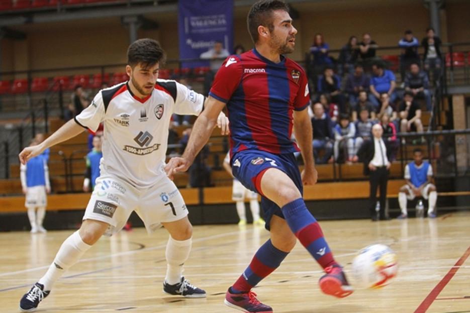 Catela, jugador del Santiago Futsal, defende a Cecilio, del Levante, quien trata de controlar el balón, ayer. - FOTO: ECG