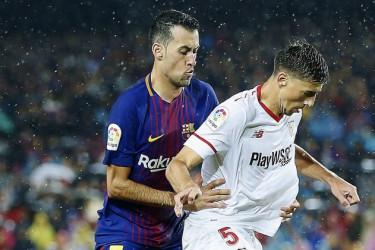 Busquets (i) y Lenglet, en el Barça-Sevilla de Liga  - FOTO: ECG
