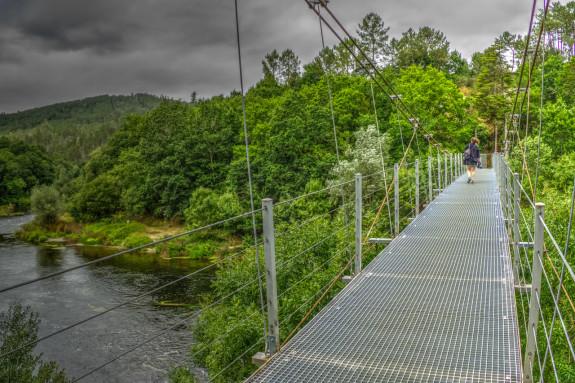 El puente colgante de Xirimbao une desde 1964 los concellos de A Estrada y Teo - FOTO: PXH
