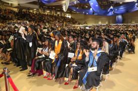 Fotografía de archivo cedida por el Miami Dade College donde se observa a los estudiantes del campus interamericano de Homestead durante una graduación masiva el 29 de abril de 2017, en Miami, Florida (EE.UU.) - FOTO: EFE
