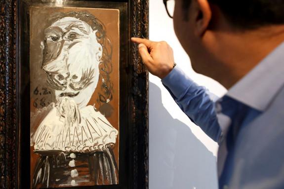 Un visitante observa la obra
