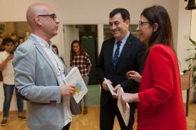 Por la izquierda, el director de la Editorial Galaxia, Francisco Castro, el conselleiro de Educación, Román Rodríguez, y la periodista Selina Otero - FOTO: Xunta