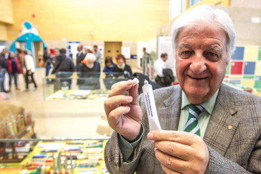 El coleccionista y dueño de la mayor colección de bolígrafos con propaganda de España, Agustín Jiménez Cano, en la Biblioteca Pública del Estado en Ciudad Real - FOTO: EFE/ Mariano Cieza